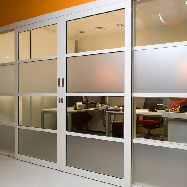 puertas y portones de aluminio y cristal en Tampico