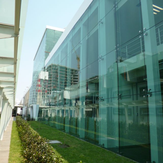 Fachadas de cristal templado y aluminio en Tampico